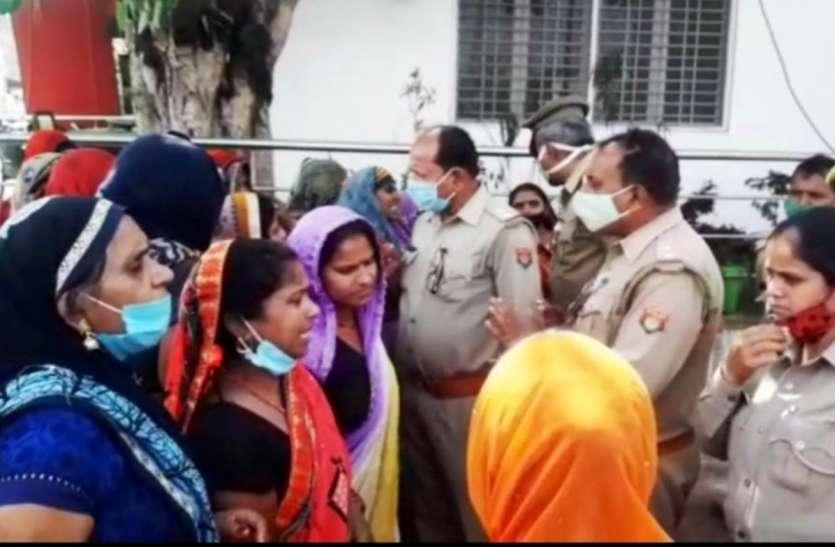 विवाहिता की मौत के बाद सड़क पर उतरीं महिलाओं ने किया हंगामा