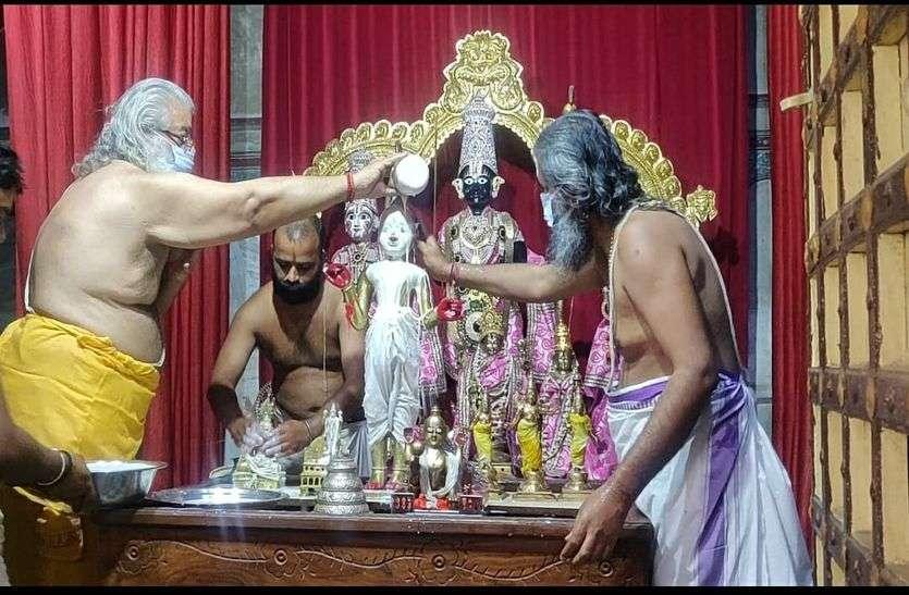 RAM NAVAMI  : मध्यान्ह में जन्मे श्रीरामलला, हुआ जन्माभिषेक