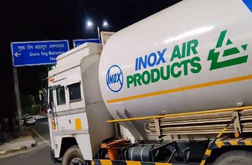 दिल्ली: 500 मरीजों की जिंदगियां थी दांव पर, देर रात ऑक्सीजन टैंकर के पहुंचने पर लोग हुए भावुक