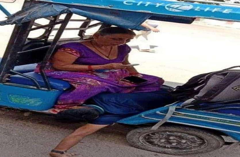 वाराणसी में कोरोना संक्रमण : भोले की नगरी में ई-रिक्शा पर ढो रहे शव, ठेके पर अंतिम संस्कार