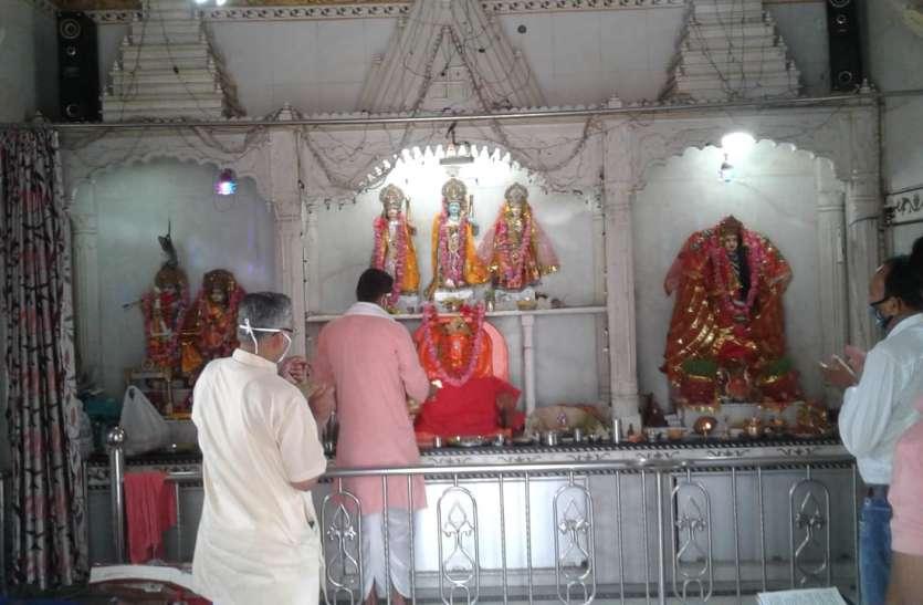 कोरोना लॉकडाउन: सोशल डिस्टेंसिंग में मंदिरों में हुआ पूजा, आदिशक्ति की आराधना के साथ राम की आराधना