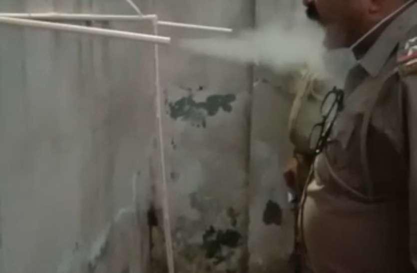 Covid safety Tips कोरोना वायरस से बचने के लिए कुकर से भाप ले रही गाजियाबाद पुलिस