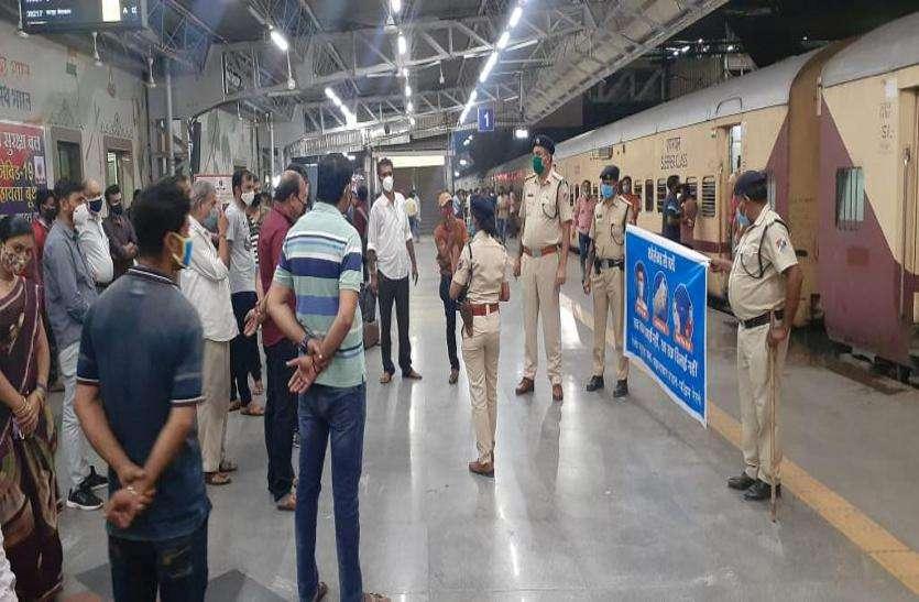 आरपीएफ ने अहमदाबाद स्टेशन पर चलाया कोरोना जागरूकता अभियान