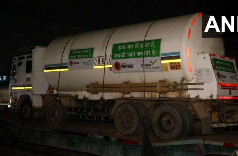 दिल्ली को मिली बड़ी राहत, रायगढ़ से ऑक्सीजन टैंकरों के साथ एक ऑक्सीजन स्पेशल ट्रेन पहुंची