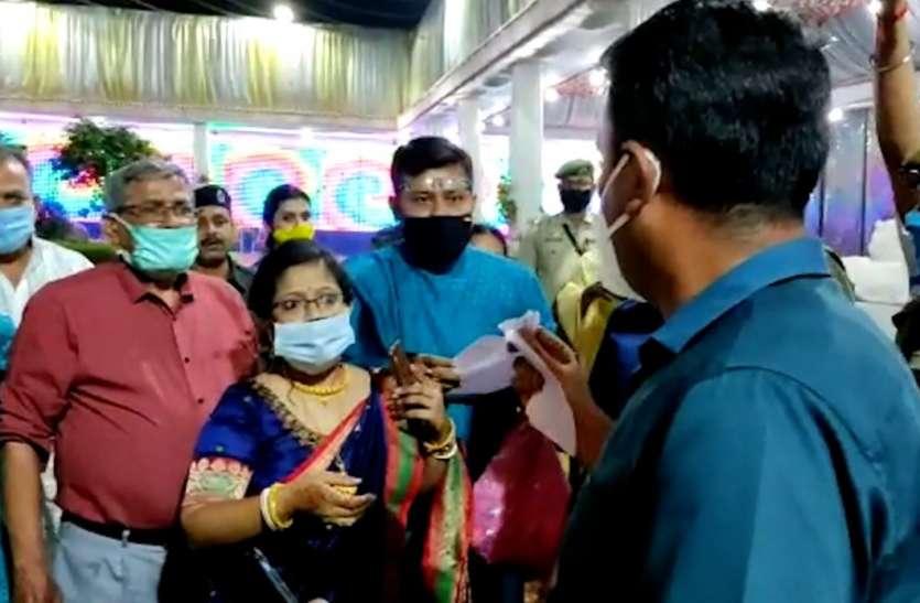 त्रिपुरा: शादी समारोह में डीएम ने मारी एंट्री, दुल्हा-दुल्हन को धक्के मारकर बाहर निकाला