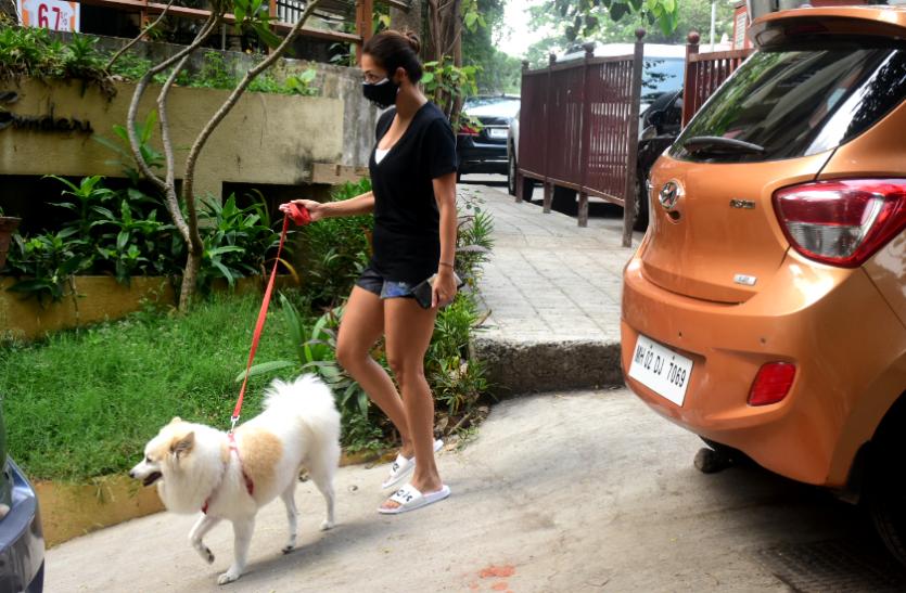 Malaika Arora Photos: शार्ट्स में अपने डॉगी को घुमाने घर से बाहर निकलीं मलाइका अरोड़ा