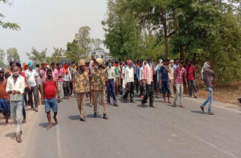 ट्रक ने बाइक सवार किशोर व युवक को रौंदा, गुस्साई भीड़ ने बनारस मार्ग किया जाम, यूपी सरकार के खिलाफ नारेबाजी