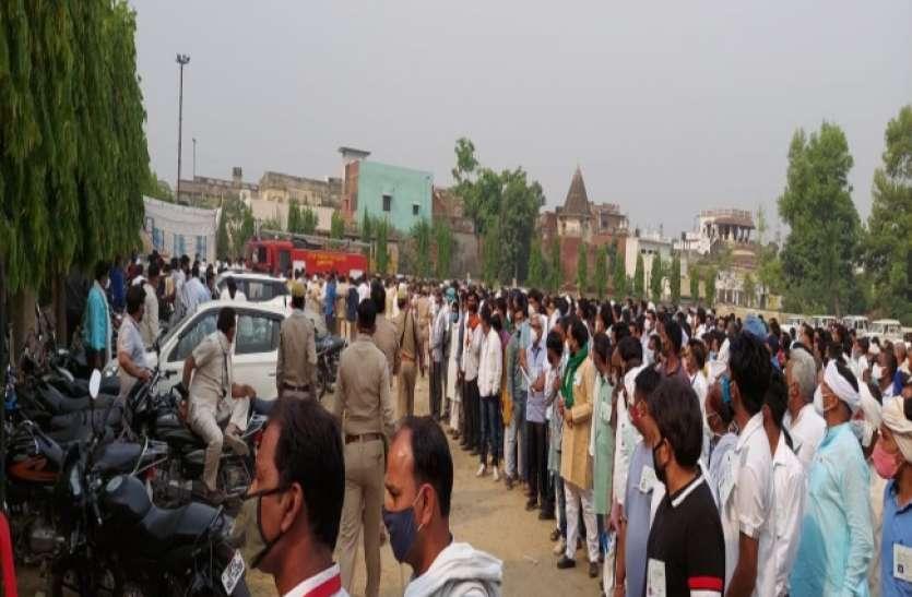 Up Panchayat election मतगणना स्थल के बाहर भीड़ पर पुलिस ने भांजी लाठियां