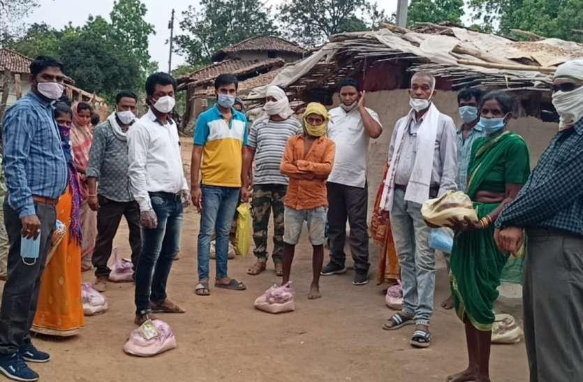 श्रमजीवी संघ ने जरूरतमंद लोगों के बीच पहुंच किया खाद्यान्न सामग्री एवं माक्स, त्रिकूट काढ़ा का वितरण
