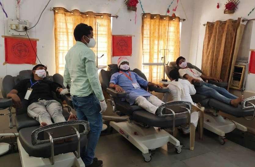 आगे आए युवा, वैक्सीनेशन के पहले रक्तदान कर निभाई अपनी जिम्मेदारी