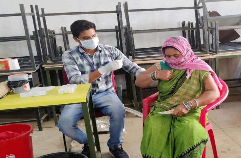 अर्जुनी में रामेश्वरी बाई देवांगन को लगाया गया पहला टीका