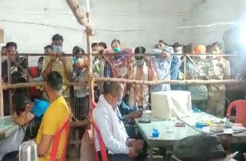 UP Panchayat Election 2021: जिले में 15 केंद्रों पर त्रिस्तरीय पंचायत चुनाव की काउंटिंग जारी, नहीं हो रहा कोविड गाइडलाइंस का पालन