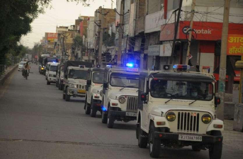 सख्ती आज से-पुलिस व प्रशासन ने निकाला शहर में फ्लैग मार्च