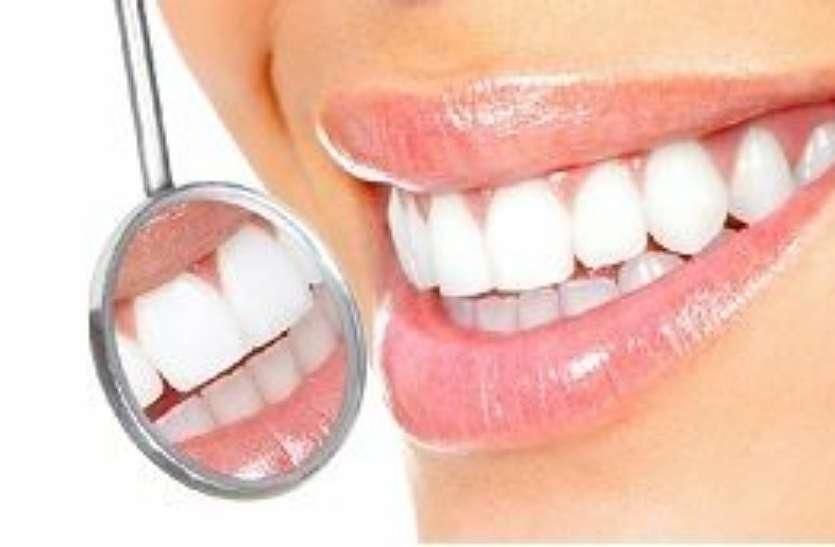 दांतों को चमकदार बनाने के लिए घर में करें यह उपाय