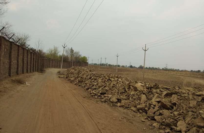 वर्षों की मांग के बाद भी नहीं बन पाया था रोड और कुछ दिनों में ही गांव के दोनों तरफ हो गया रोड का निर्माण
