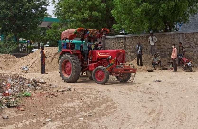 दिन दहाड़े हो रहा बजरी को अवैध परिवहन
