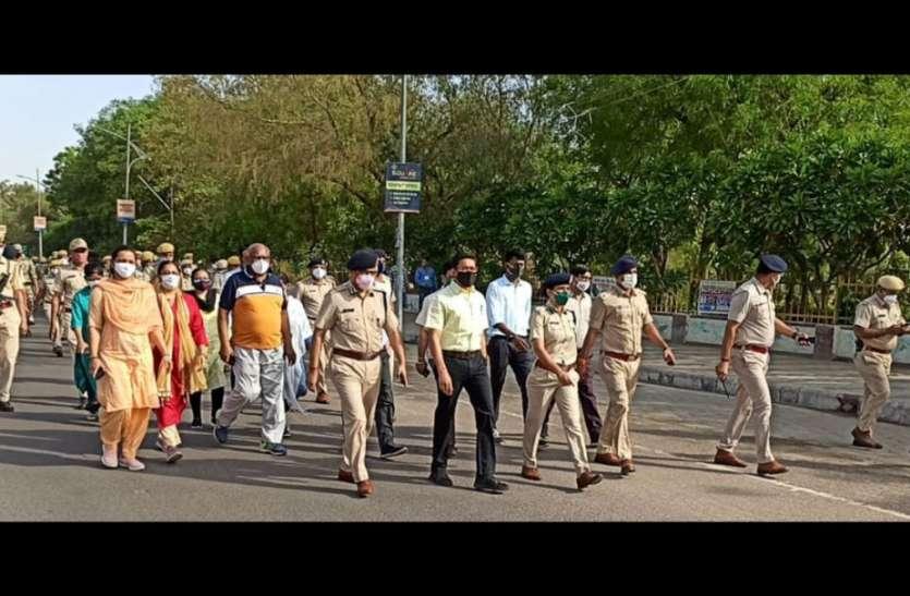 प्रशासन एवं पुलिस अधिकारियों ने निकाला मार्च पास्ट