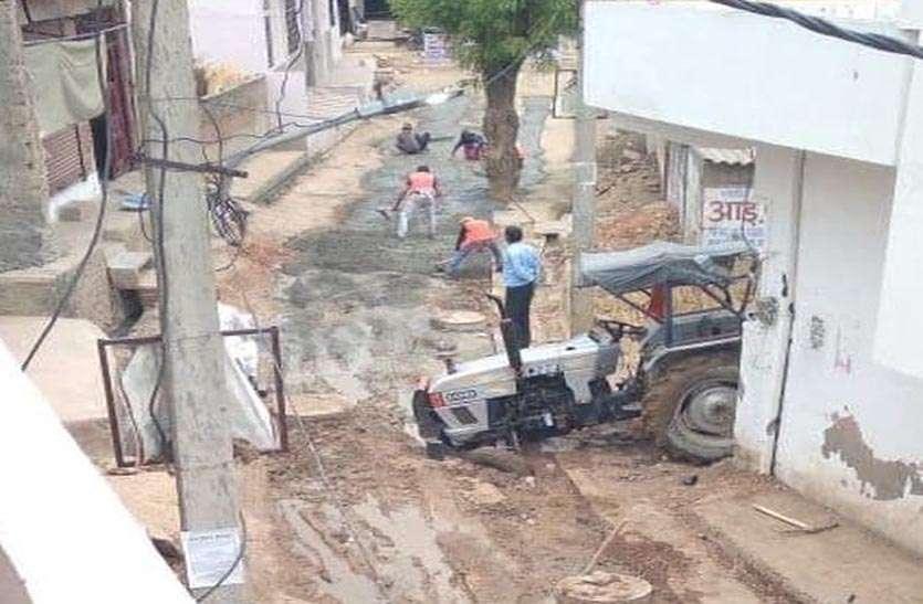 कीचड़ साफ किए बिना बना रहे सड़क