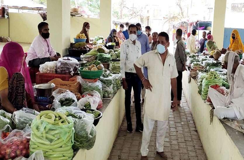 हाट बाजार में स्थानांतरित हुए फल-सब्जी विक्रेता