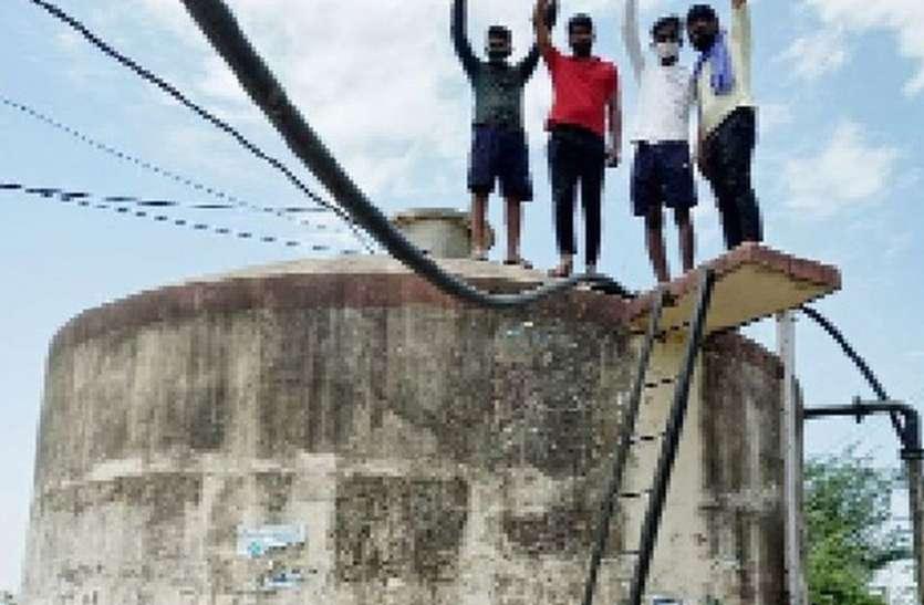 बढ़ रही पानी की किल्लत, टंकी पर चढकऱ जताई नाराजगी