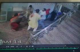 मास्क नहीं पहना ताे पुलिस ने युवक को घर में घुसकर पीटा, महिला को जड़ा थप्पड़