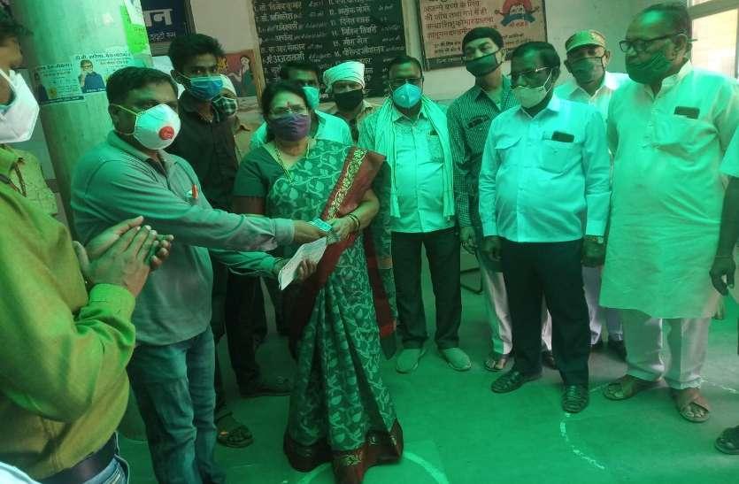 Public representatives helping in the presence of Congress leader Padma Shukla.