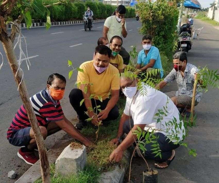 SOCIAL PRIDE NEWS: पौधे रोपते और बांटता है प्रवासियों का दल
