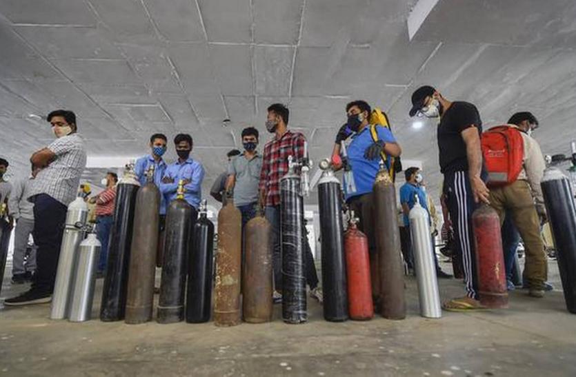 ऑक्सीजन की कमी पर दिल्ली हाईकोर्ट ने केंद्र से कहा- हम आंखें मूंद कर नहीं बैठ सकते