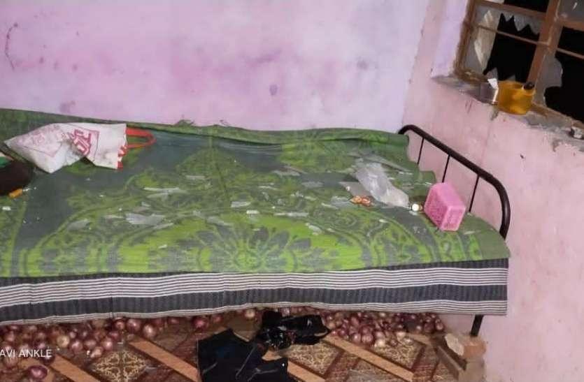 बदमाशों ने किया घर पर पथराव, महिलाओं और बच्चों से मारपीट