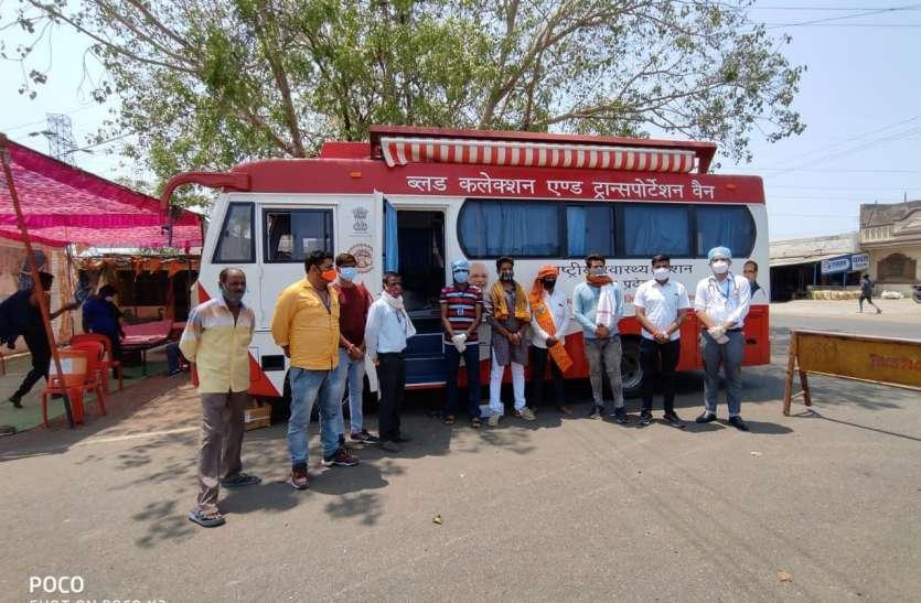 शिविर: टीकाकरण से पहले रक्तदान के लिए आगे आए युवा