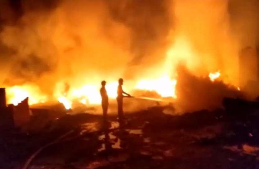 Noida के बरोला गांव में भीषण आग से झुग्गी बस्ती जलकर राख, पांच लोग झुलसे, सैकड़ों लोग हुए बेघर