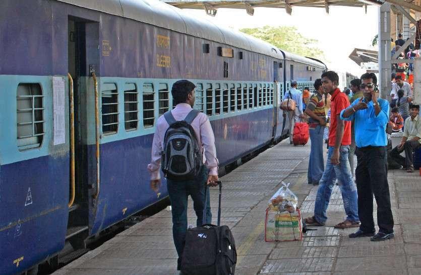 गांवों जाने के लिए ट्रेनों में सीटों के लिए मशक्कत