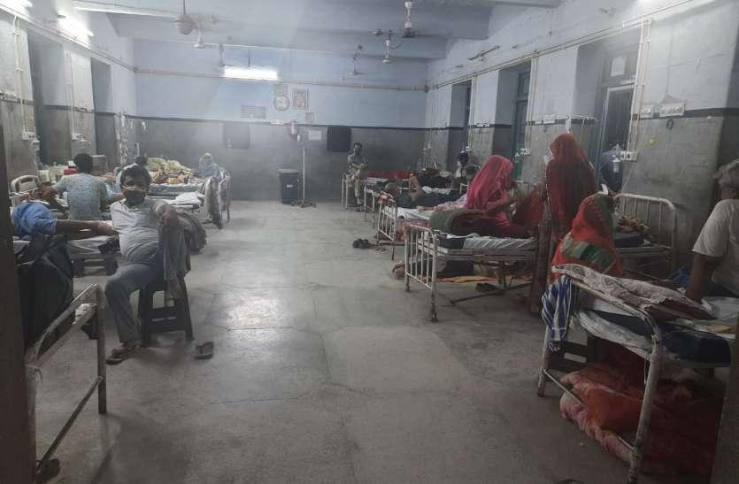 वार्डों में बेड फुल, हल्के लक्षण वाले मरीजों को भेज रहे घर
