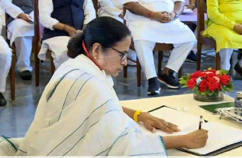 ममता बनर्जी ने चुनाव आयोग की ओर से नियुक्त अधिकारियों को हटाना शुरू कर दिया