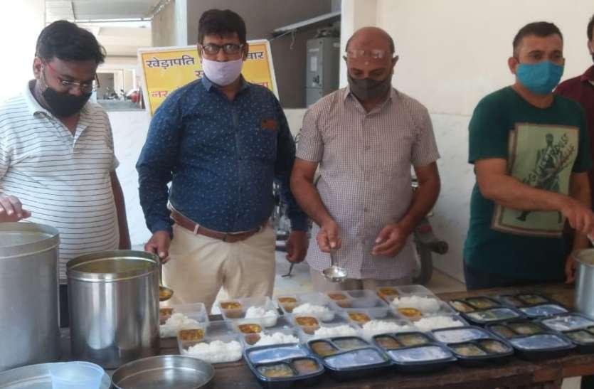 SURAT NEWS DAYRI: एक माह से जारी कोरोना पीडि़तों के लिए भोजन सेवा