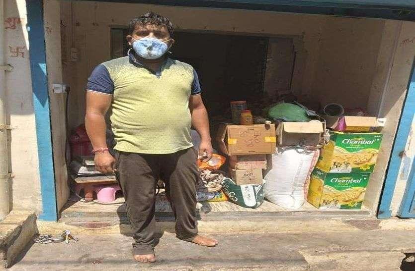 कोरोना पॉजीटिव दुकान से बेच रहा था सामान,पुलिस ने पकड़ा मचा हड़कंप