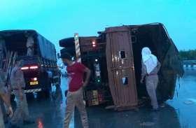 ईस्टर्न पेरिफेरल एक्सप्रेस-वे पर बड़ा हाद्सा जवानों से भरा पीएसी का ट्रक पलटा