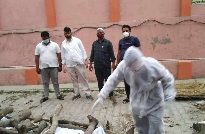कोरोना से हुई माैत तो नहीं पहुंचे रिश्तेदार मुस्लिमों ने कंधा देकर कराया हिंदू युवक का अंतिम संस्कार