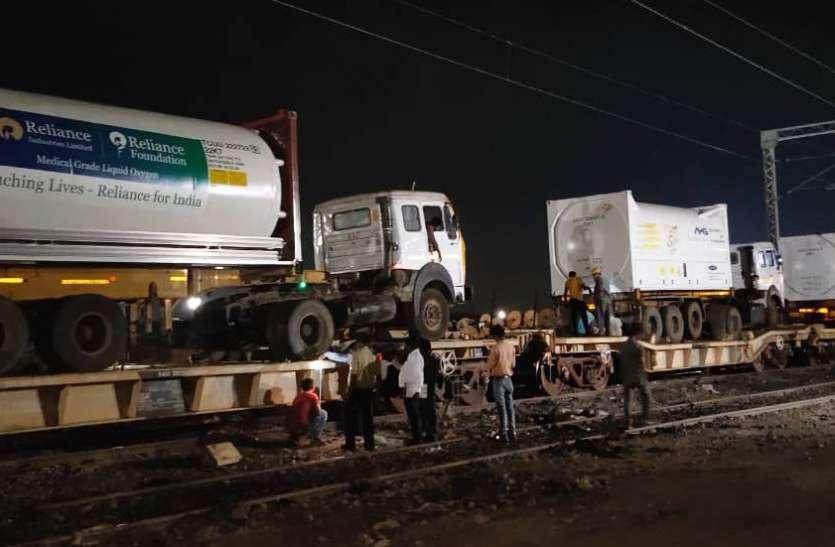 Oxygen: दिल्ली के कोरोना मरीजों के लिए गुजरात 3 और ऑक्सीजन एक्सप्रेस ट्रेनें भेजी, अब तक 6 ट्रेनें
