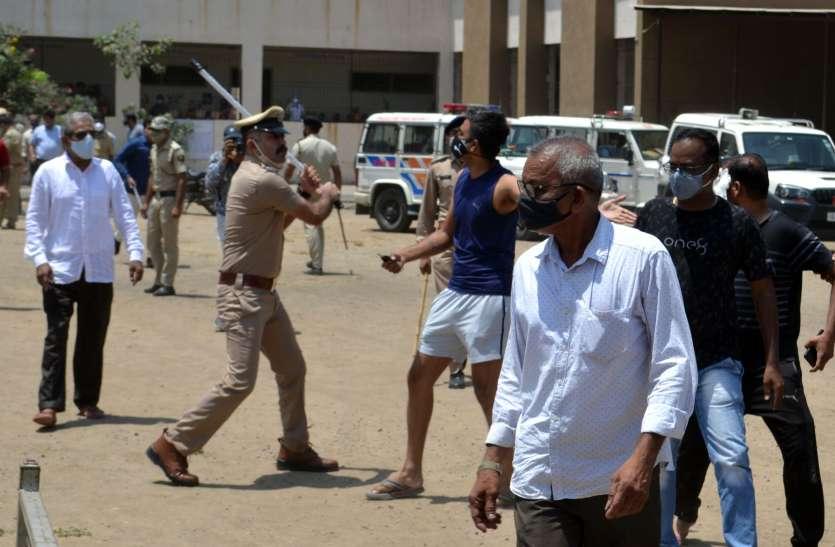 OMG : सूरत में वैक्सीन लगवाने आए लोगों पर पुलिस ने किया लाठीचार्ज