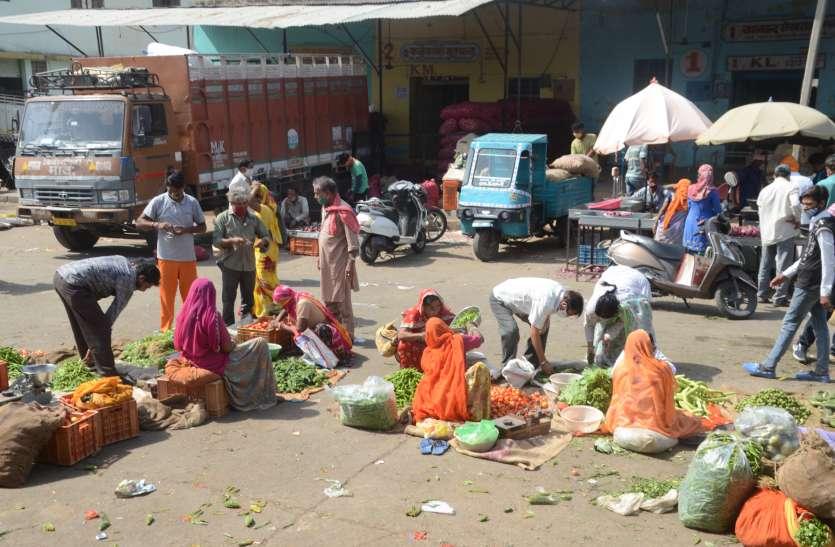 Weekend Curfew: घरों से निकले सब्जी और सामान खरीदने