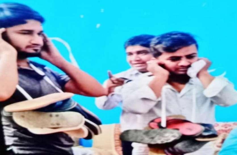 पंचायत का तुगलकी फरमान,लड़की का फोटो वायरल करने पर लड़कोंको पहनाई जूतों की माला