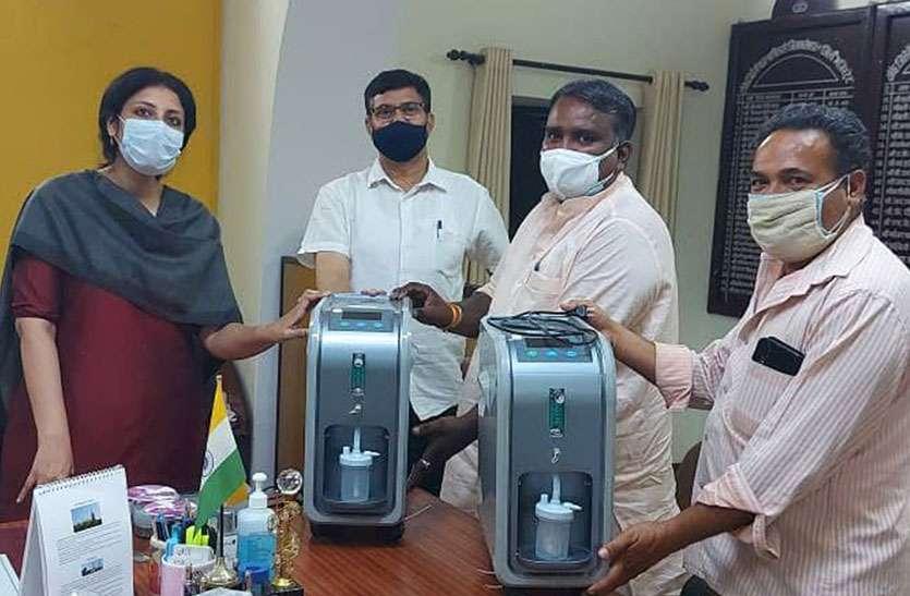 मानव सेवा के लिए बढ़े हाथ, पालिका उपाध्यक्ष कलक्टर को भेंट किए 2 ऑक्सीजन कंसंट्रेटर