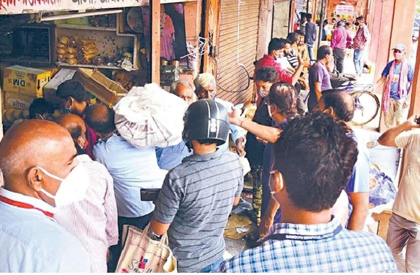 लॉकडाउन का डर: लोग सामान खरीदने पहुंचे, राशन की दुकानों पर उमड़ी भीड़