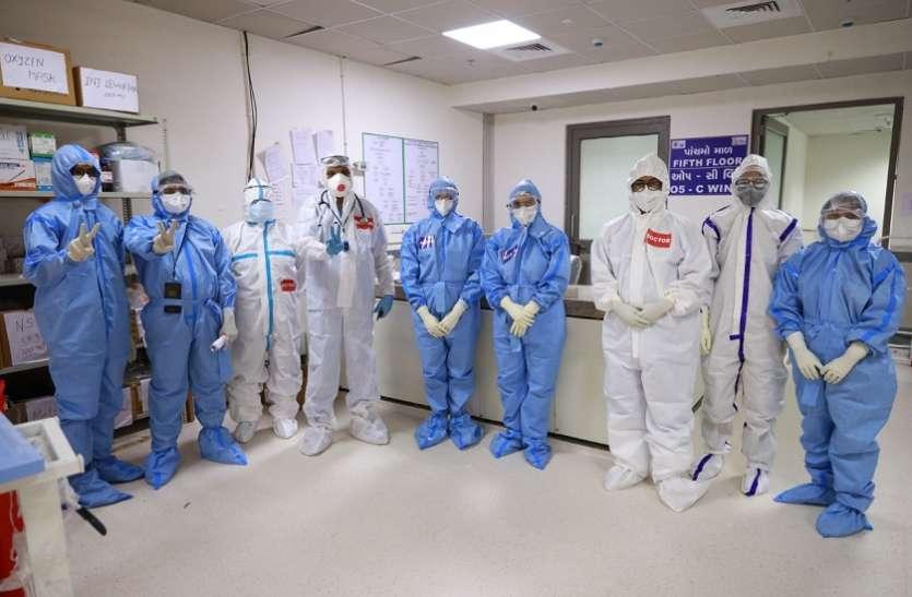 कोरोना मरीजों का उपचार करते समय संक्रमित हुए ७२० स्वास्थ्यकर्मी, स्वस्थ् होकर फिर जुटे