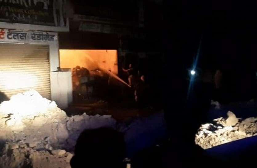 सुन्दरवास स्थित किराणा शॉप में देर रात लगी आग
