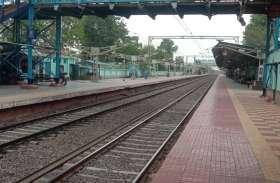 कोरोना के खौफ से ट्रेनों में घटी यात्रियों की संख्या, फिर थम न जाए रेल के पहिएं, स्टेशन पर पसरा सन्नाटा