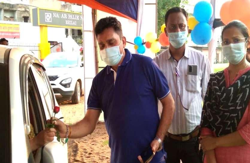 ड्राइव इन वैक्सीनेशन, वरिष्ठ नागरिकों के लिए क्रिकेट ग्राउंड को बनाया वैक्सीनेशन सेंटर, गुलाब का फूल देकर किया स्वागत