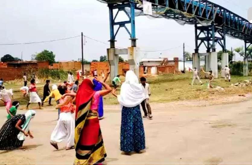सब्जी की दुकान हटवाने गई पुलिस पर फूटा आक्रोश, महिलाओं ने किया पथराव, भागे अधिकारी