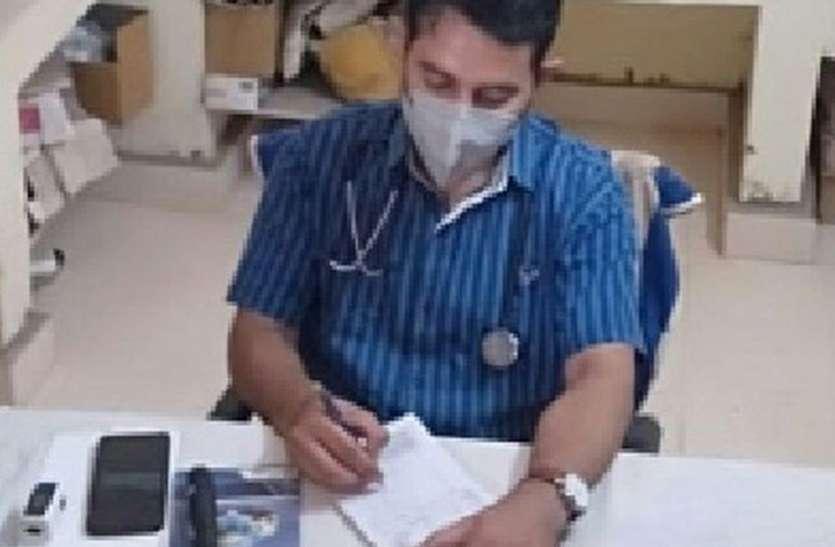 सच्चे कर्मवीर बनकर कर रहे मरीजों का इलाज